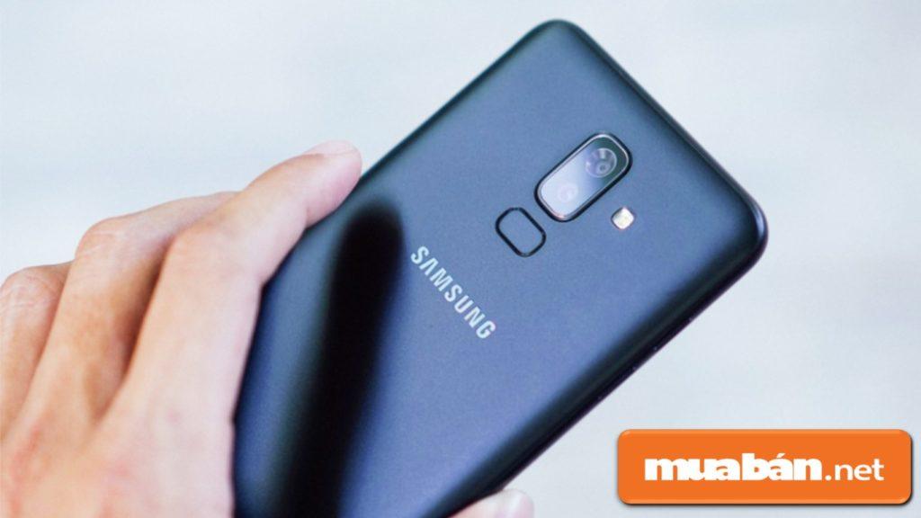 Samsung Galaxy J8 có cảm biến vân tay và nhận diện khuôn mặt.