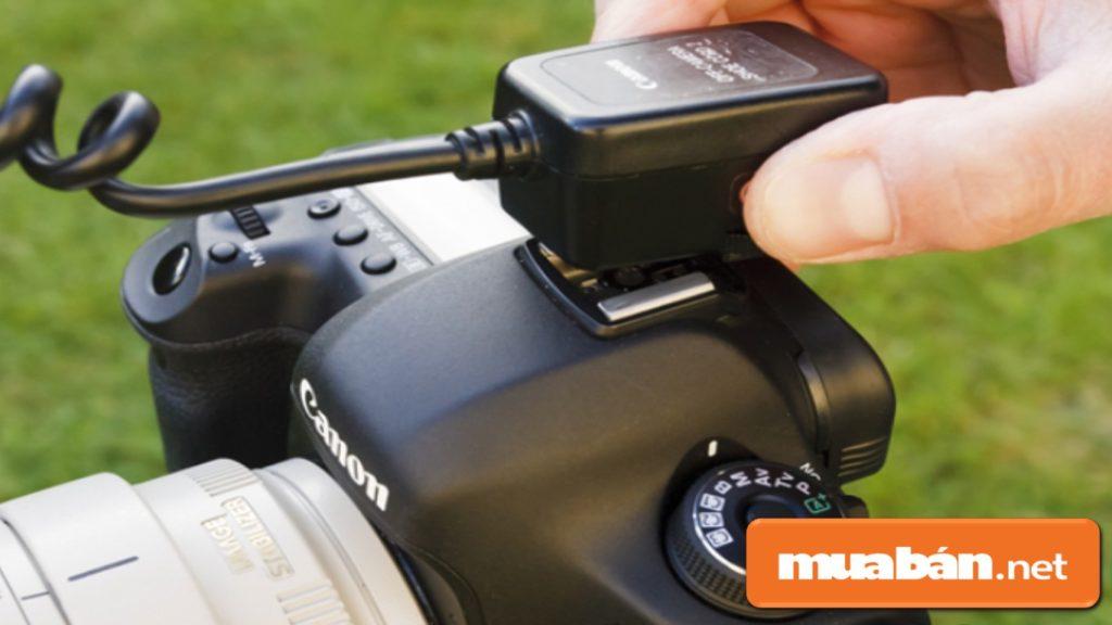 Tháo các bộ phận phụ trên máy ảnh sau khi sử dụng để bảo vệ máy.
