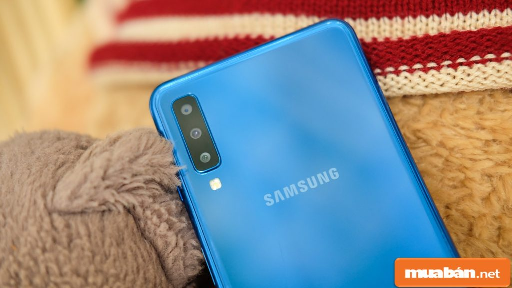 Samsung Galaxy A7 2018 tích hợp 3 camera ở phía sau nâng cao khả năng chụp hình lên tối đa