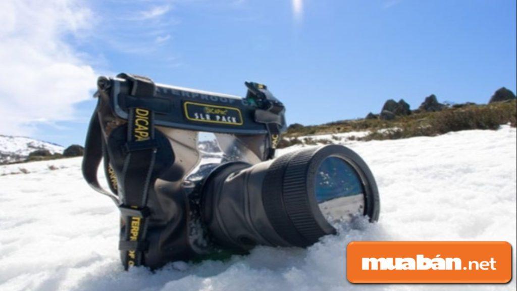 Nên bỏ máy ảnh trong một túi nhựa kín khi di chuyển điểm chụp từ chỗ nhiệt độ thấp sang nơi nhiệt cao hơn.