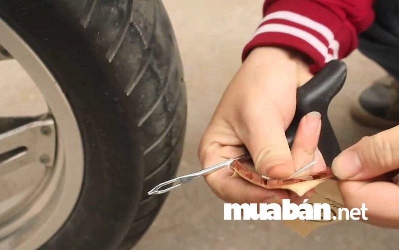 Với đặc điểm thường xuyên tiếp xúc với mặt đường, lốp xe máy cũ là bộ phận bị hao mòn nhiều và nhanh nhất.