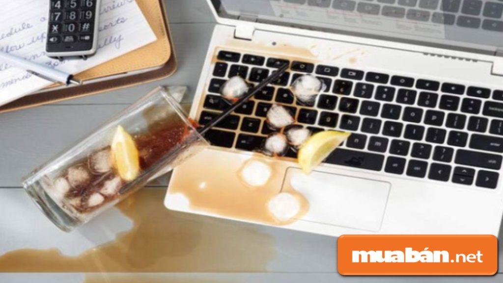 Nước hoặc đồ uống đổ xuống bàn phím laptop cũng gây liệt phím.