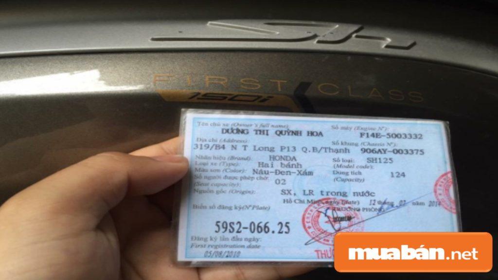 Kiểm tra kỹ các thông tin giấy tờ có liên quan đến xe ở cửa hàng xe máy cũ.