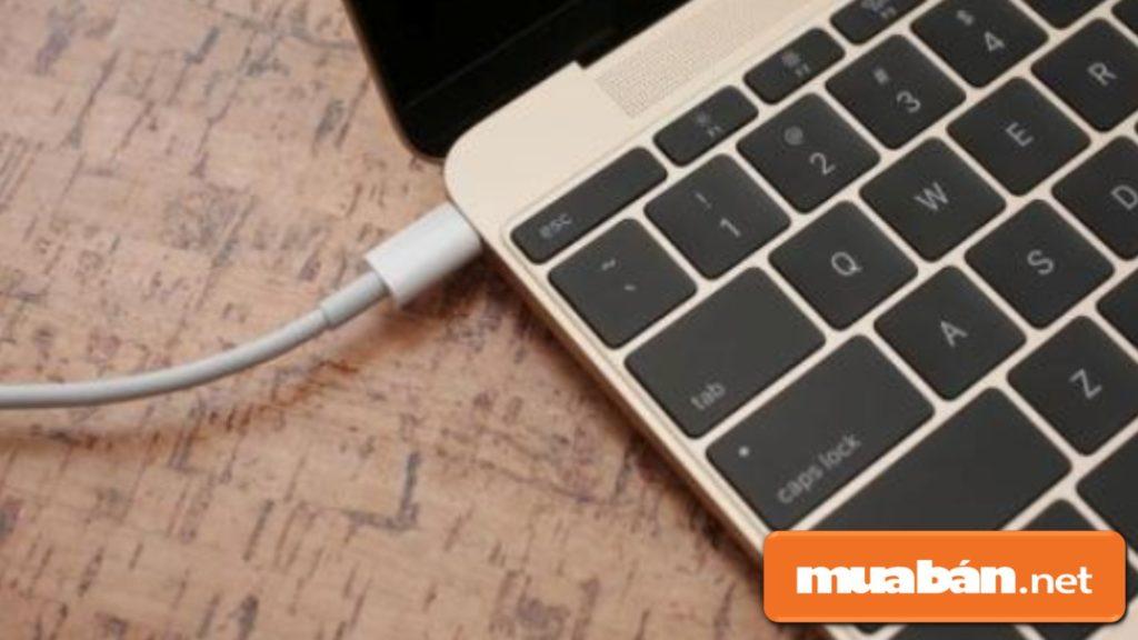 Nguyên nhân từ lỗi phần cứng khiến chuột laptop của bạn bị đơ: Adapter laptop bị lỗi nào đó, pad mouse quá cũ...