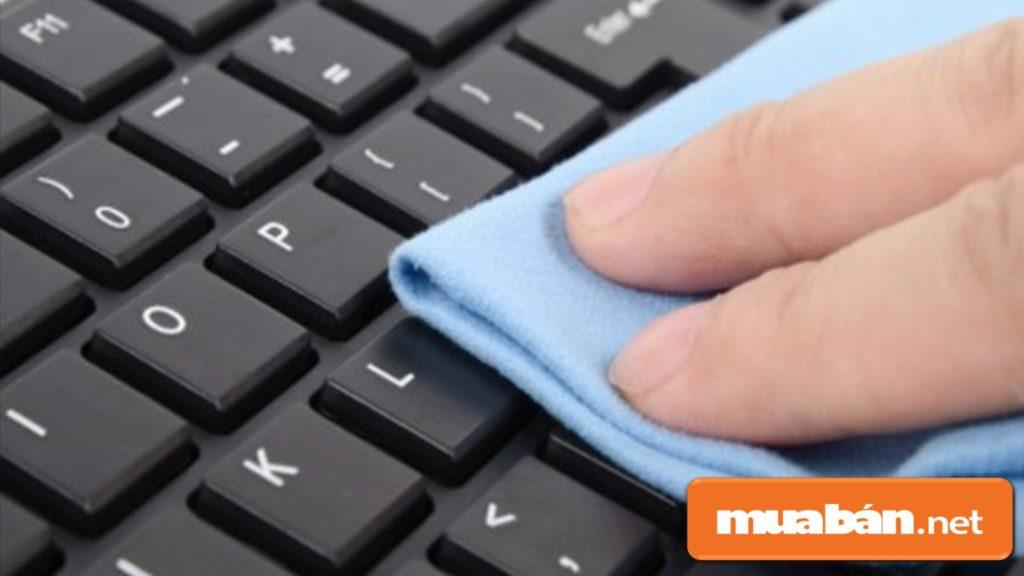 Bạn nhớ tắt nguồn laptop sau đó, lau khô bàn phím.