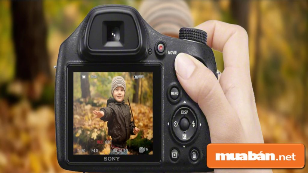 Sony DSC-H4000 với màn hình LCD kích thước 3 inch cùng khung ngắm điện tử hỗ trợ bạn xem trước hình ảnh.