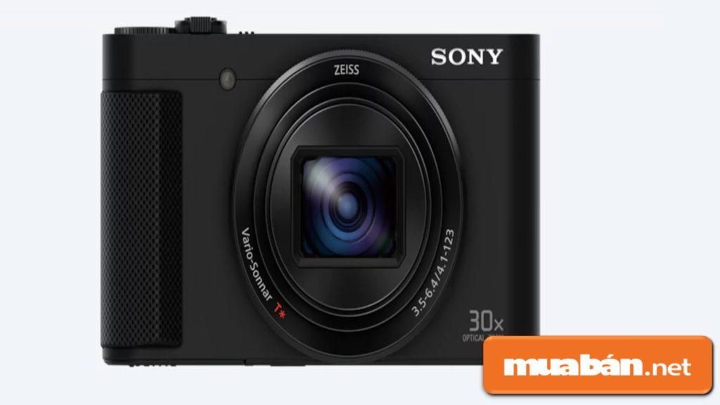 Máy ảnh HX90V được tích hợp ống kính quang học ZEISS với độ zoom 30x.