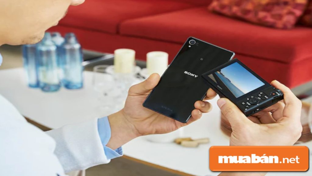 Sony HX90V kết nối wifi với điện thoại thông minh giúp bạn chia sẻ hình ảnh nhanh chóng và tiện lợi.