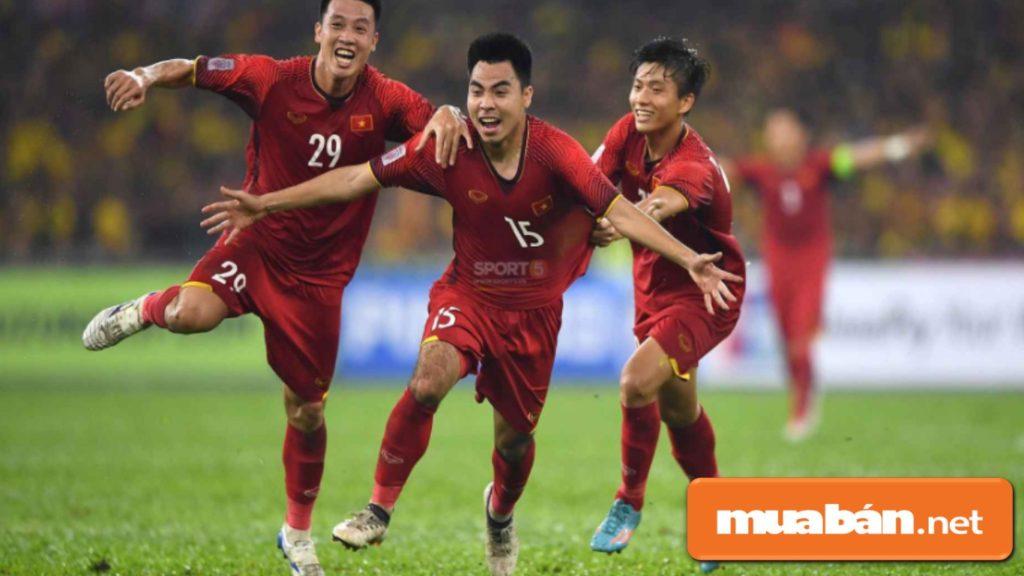 Hành động kéo áo Đức Huy ăn mừng chiến thắng trong trận chung kết lượt đi với Malaysia.