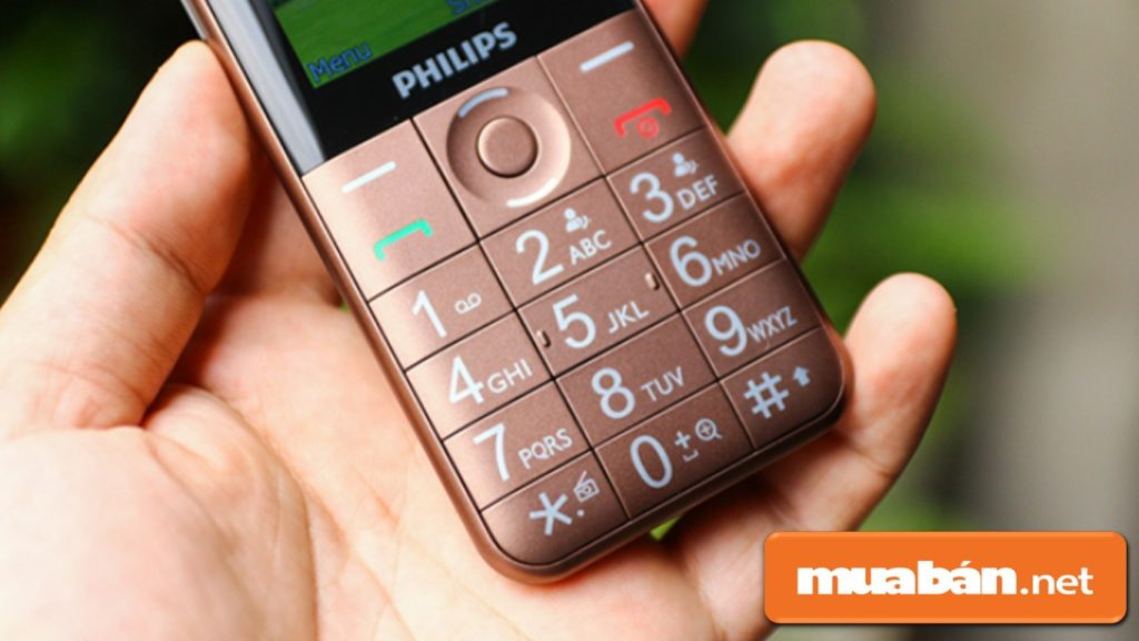 Philips E331 được hỗ trợ bàn phím to, ký tự rõ ràng dễ thao tác.