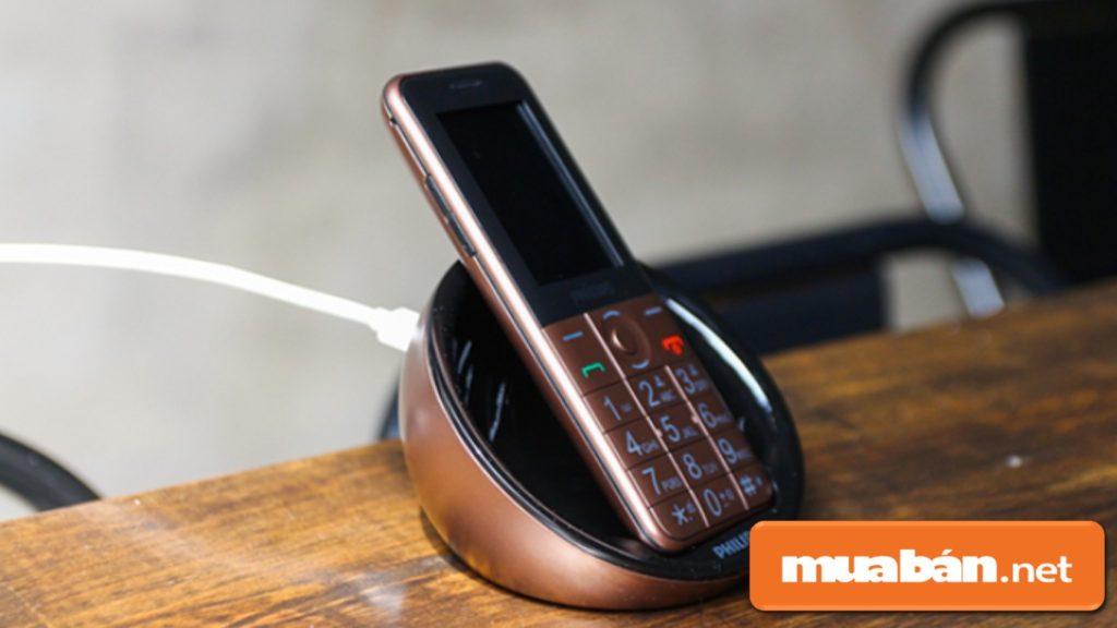 Philips E331 có đế sạc rời, khá thời trang và còn giúp người dùng sử dụng như vật trang trí.
