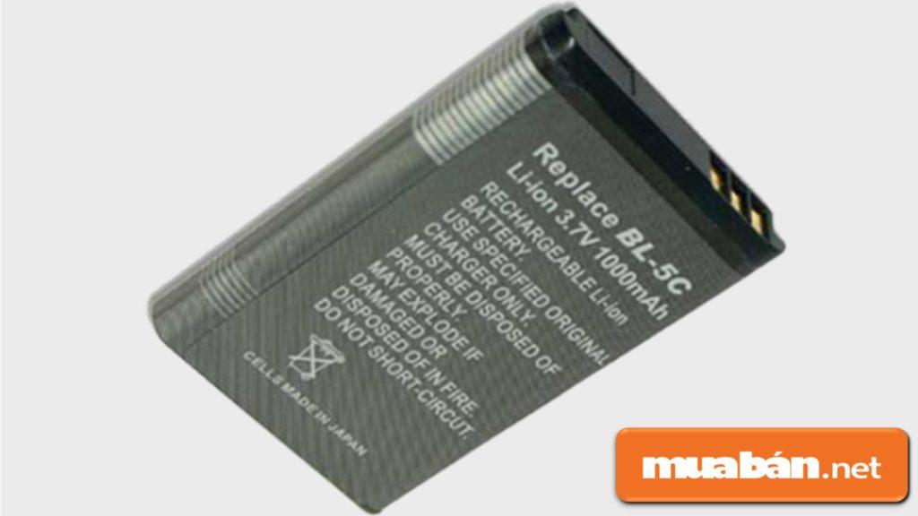 Pin Li-ion được bọc trong chất liệu kim loại cứng, khá nặng.