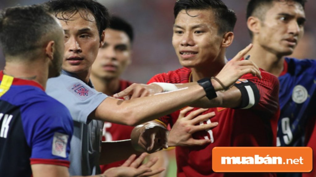 Chàng hậu vệ gây ấn tượng cho khán giả bởi những pha tranh chấp bóng đầy quyết liệt.