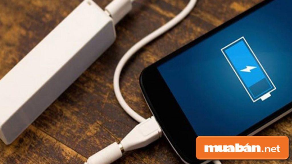 Không nên sạc điện thoại qua đêm, chỉ cần sạc vừa đầy 100% pin.