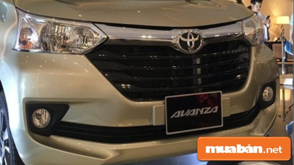 Logo đặc trưng Toyota được gắn trên một thanh kim loại mạ chrome nối 2 cụm đèn pha với nhau.