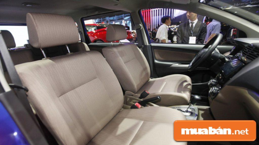 Toyota Avanza 2018 có nội thất bên trong khá sang trọng với các tông màu đen, nâu hoặc đen xám.