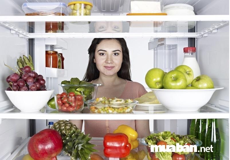 Đối với các loại thực phẩm tươi sống là rau, củ, quả,… hãy rửa sạch, cắt bỏ rễ, lá hỏng và cho vào túi hoặc xếp riêng vào ngăn mát tủ lạnh.