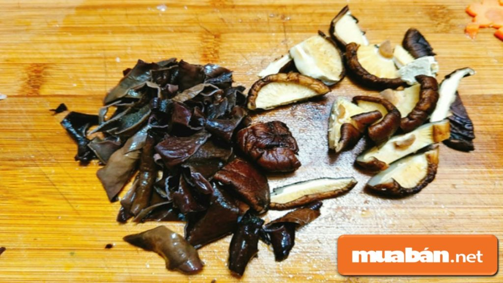 Nấm ngâm cho mềm, cắt núm, rửa sạch, để ráo và cắt vừa ăn.