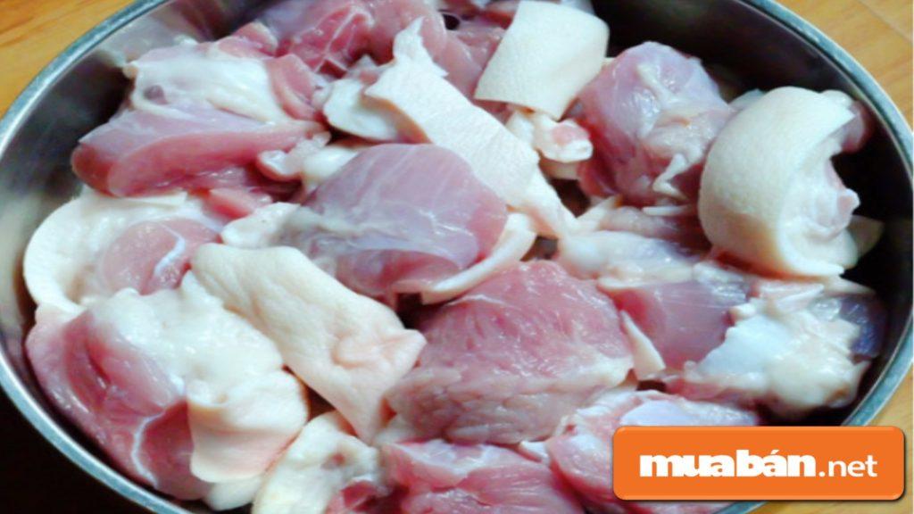 Thịt chân giò nên chọn chân giò trước, chế biến sạch, cắt miếng vừa ăn.