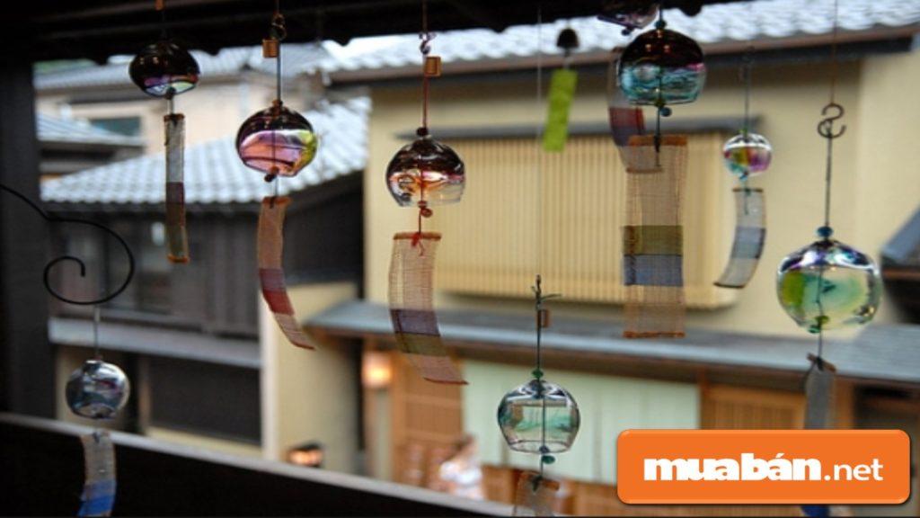 Trang trí chuông gió ngay cửa chính, để thu hút những điều may mắn an lành cho gia đình trong năm mới.