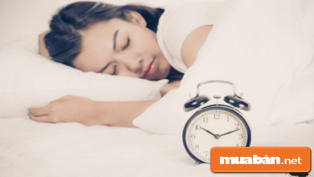 Bạn nên ngủ đủ giấc và ngủ đúng giờ để có làn da khỏe, đẹp.