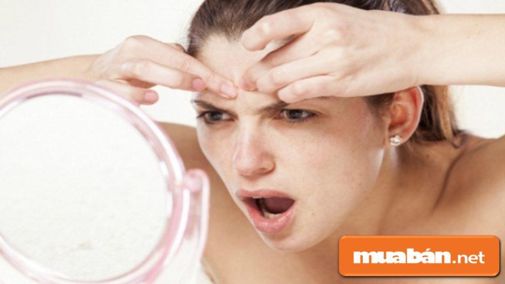 Không nên sờ tay lên mặt hoặc nặn mụn để tránh làm tốn thương đến da.