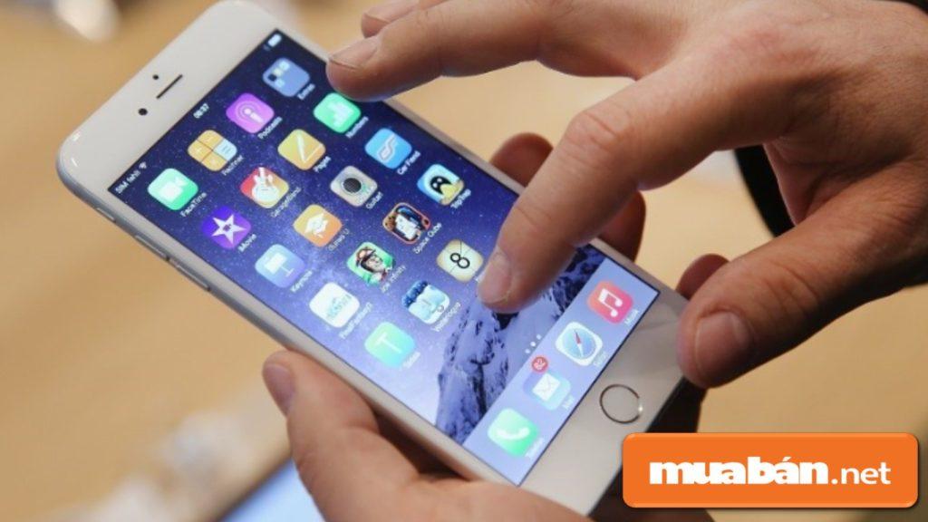 Kiểm tra kỹ các chi tiết bên ngoài Iphone xem có trơn tru, mượt mà hay không?