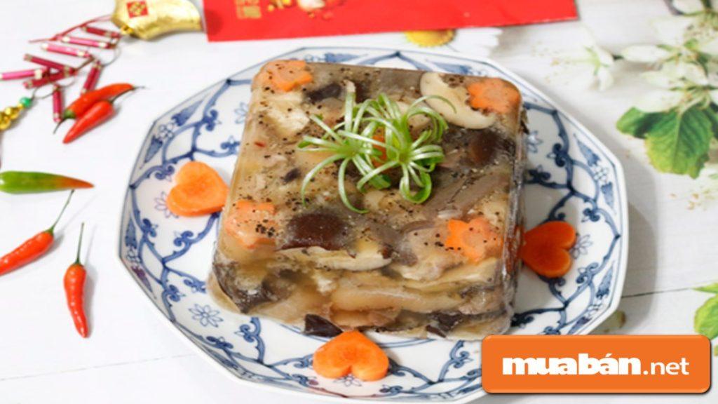 Có thể tỉa thêm hoa lá bằng củ cà rốt đặt dưới khuôn thịt đông, rồi múc thịt vào cho đẹp mắt.