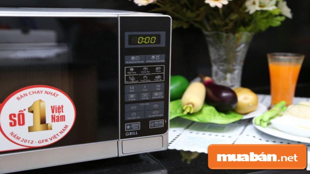Lò vi sóng - giúp bạn rã đông thực phẩm, hâm nóng, hoặc làm chín thức ăn nhanh hơn trong dịp Tết bận rộn