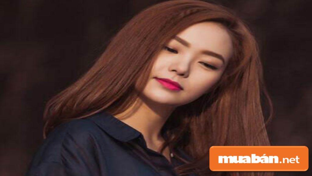 Với người có khuôn mặt tròn mà da sáng, màu tóc nhuộm hạt dẻ và kiểu tóc thẳng khá đẹp.