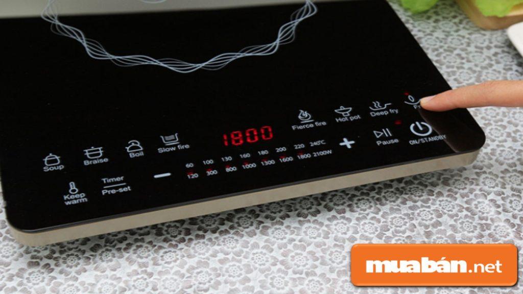 Mua bếp điện từ có bảng điều khiển cảm ứng khá tiện lợi, giá thành cũng cao hơn.