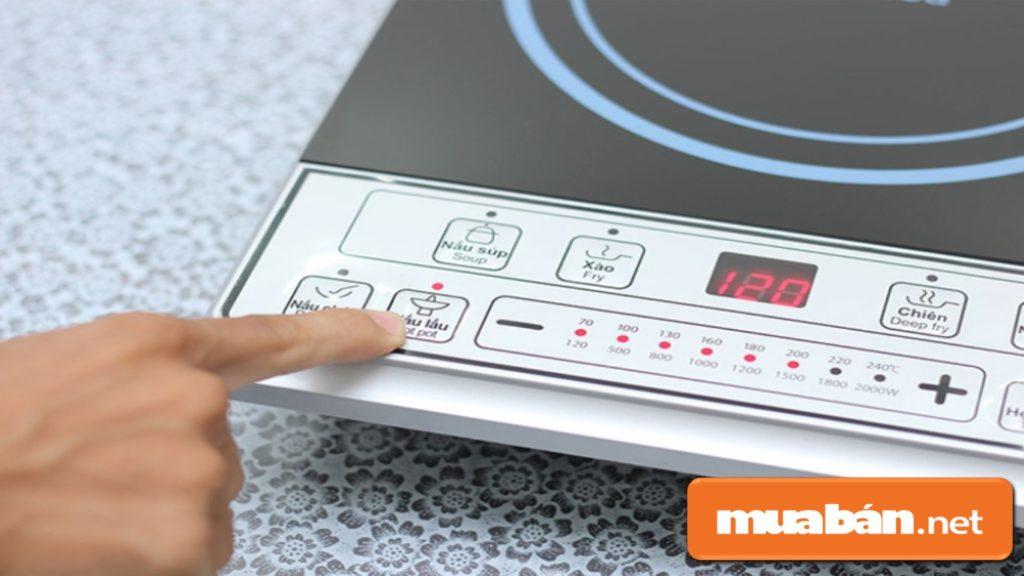 Mua bếp điện từ có bảng điều khiển nhấn nút truyền thống dễ sử dụng hơn với các chi tiết tiếng Việt.