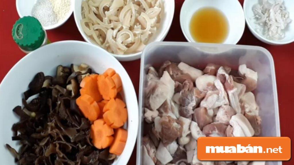 Các nguyên liệu chính để chuẩn bị cho món thịt đông.