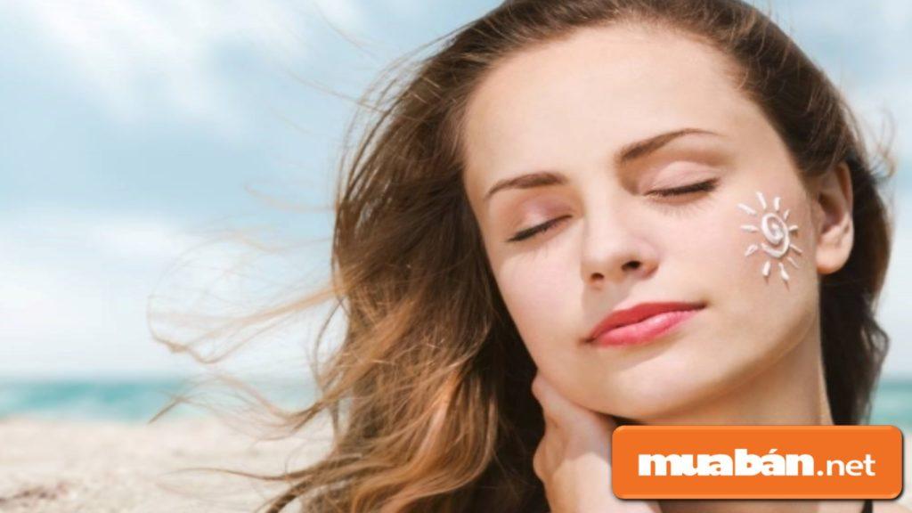 Sử dụng kem chống nắng để tránh tác hại của tia cực tím và giảm quá trình lão hóa da.
