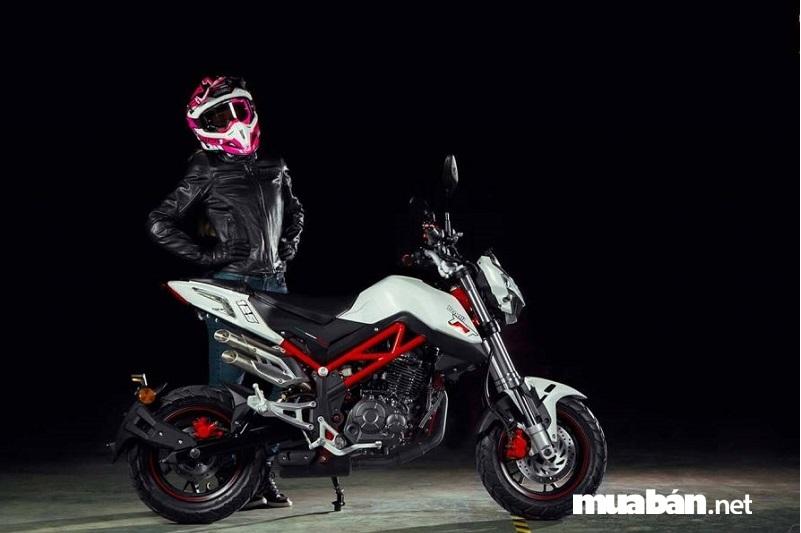 Benelli TNT 125 có phần thân xe gọn gàng và khối động cơ đặc trưng của dòng naked bike.