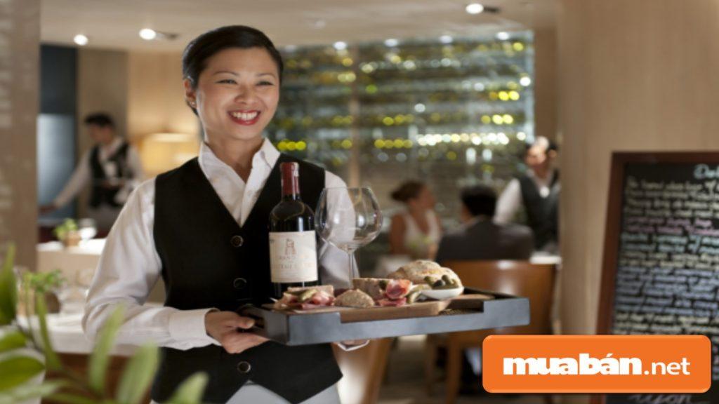 Khi bạn bê đồ ăn lên thì không nên quên chúc khách hàng ngon miệng để tạo được sự chuyên nghiệp.