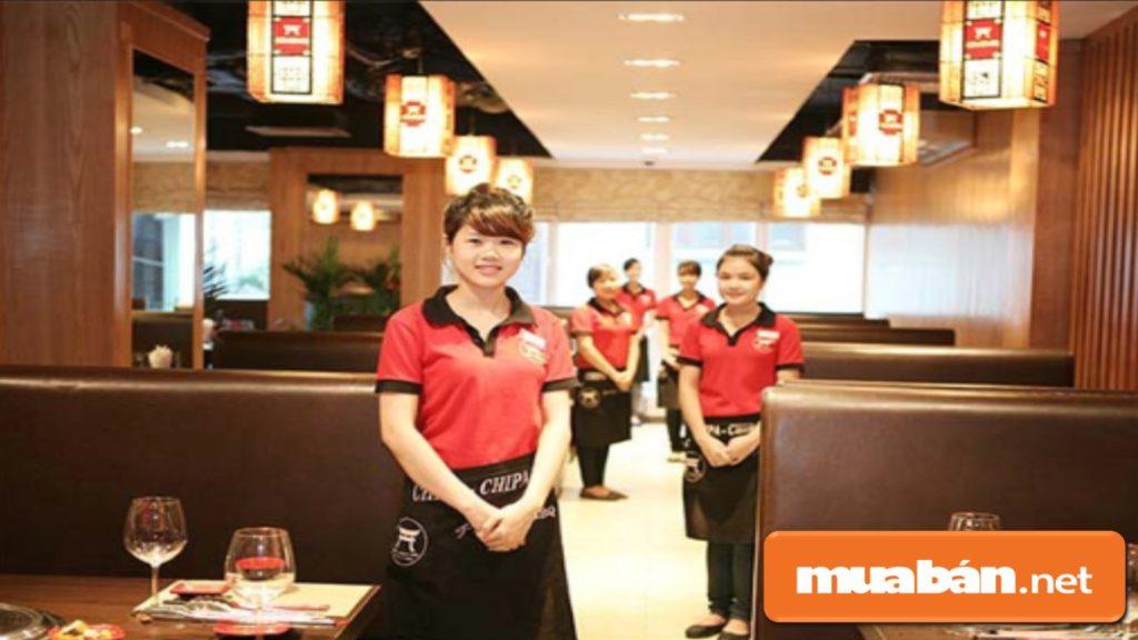 Nên chủ động chào đón và hỏi han khách, đây cũng là một yêu cầu trong cách phục vụ nhà hàng cơ bản nhất.