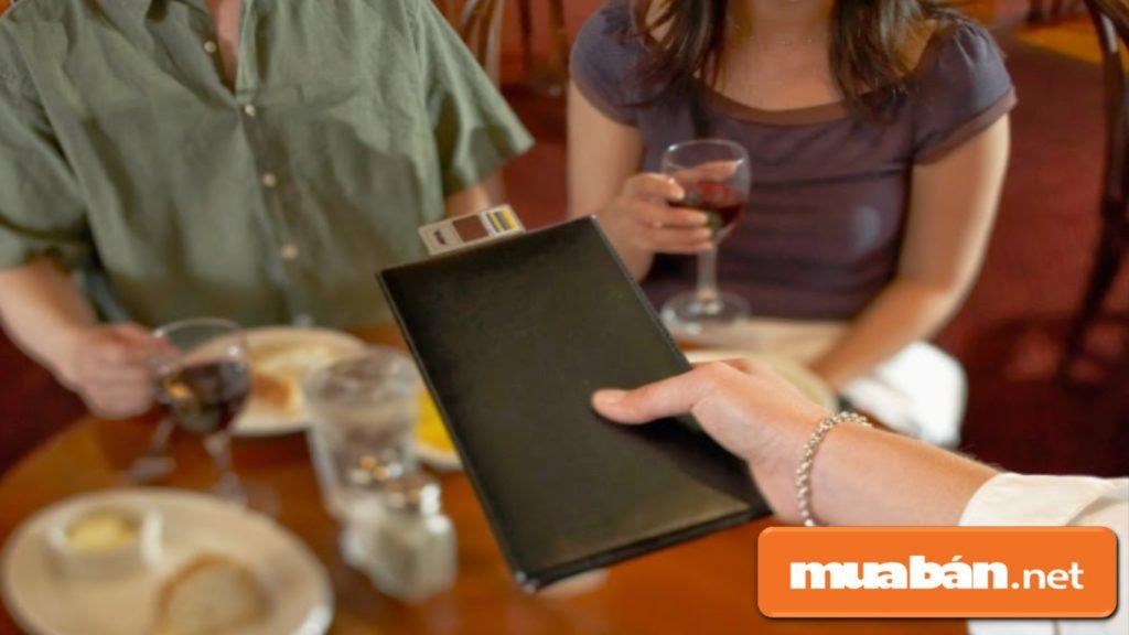 Sau khi khách thanh toán và ra về, bạn đừng quên bày tỏ thái độ cảm ơn và hẹn gặp lại khách.