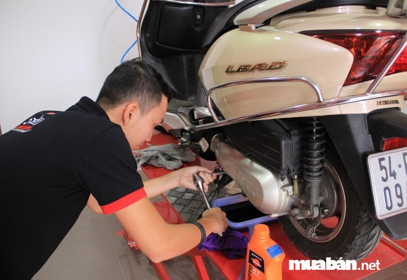 Bạn nên mang xe ra các cửa hàng sửa xe uy tín để yêu cầu làm sạch muội trong xu-pap.
