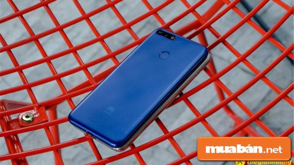 Huawei Y6 Prime 2018 có thiết kế tràn viền và nguyên khối.