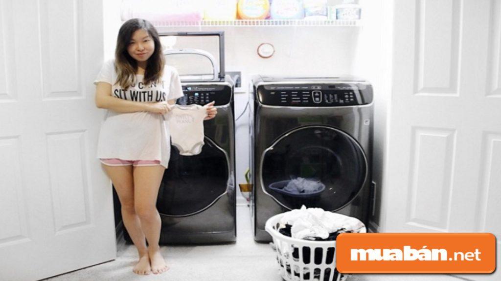 Máy giặt sấy sẽ giúp bạn tiết kiệm được khá nhiều thời gian, nhất là trong gia đình có em bé.