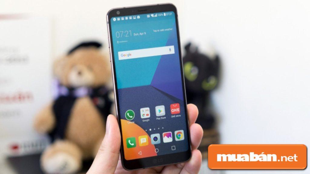 Kiểm tra màn hình hiển thị trước khi mua điện thoại Samsung cũ.