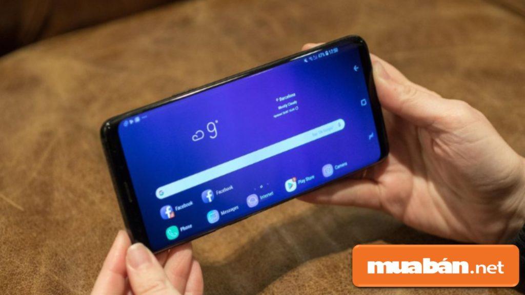 Kiểm tra kỹ ngoại hình như màn hình, viền màn hình, cổng sạc.. trước khi mua điện thoại Samsung cũ.