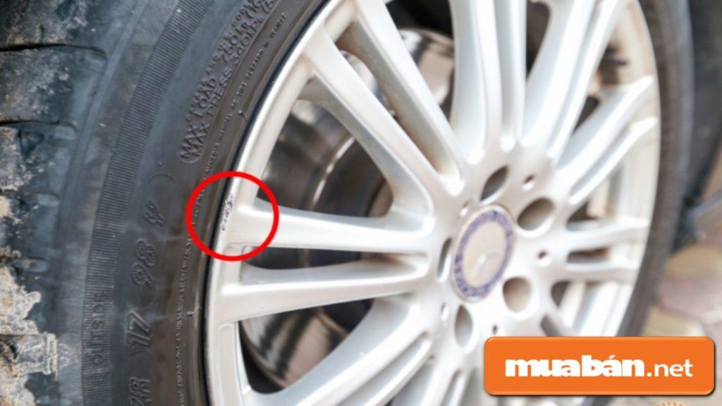 Kiểm tra bánh xe để xem độ mòn của lộp, mâm xe xem có dấu hiệu mòn hay bị thay thế chưa?
