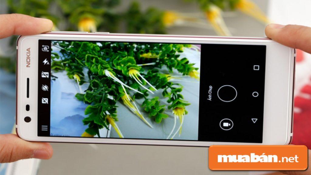 Kích thước màn hình 5.2 inch tràn viền, camera bắt nét khá nhanh.