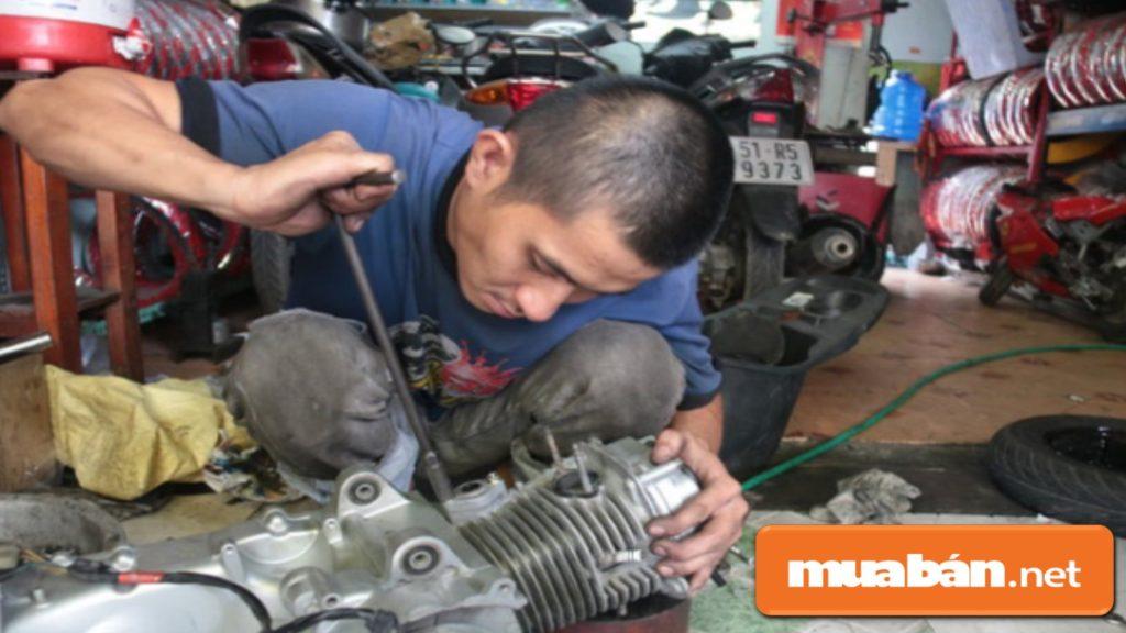 Thợ sửa chữa trong kinh doanh phụ tùng xe máy cũng là yếu tố mà bạn phải quan tâm.