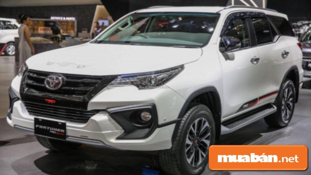 Xe ô tô 7 chỗ Toyota Fortuner có thiết kế hoàn toàn mới, với cản trước lớn và khá nổi bật.