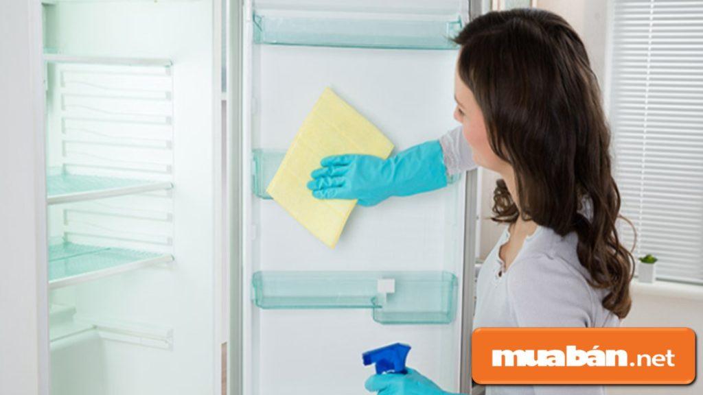Sử dụng tủ lạnh ngăn đá dưới sẽ giúp bạn dễ dàng vệ sinh tủ lạnh hơn.