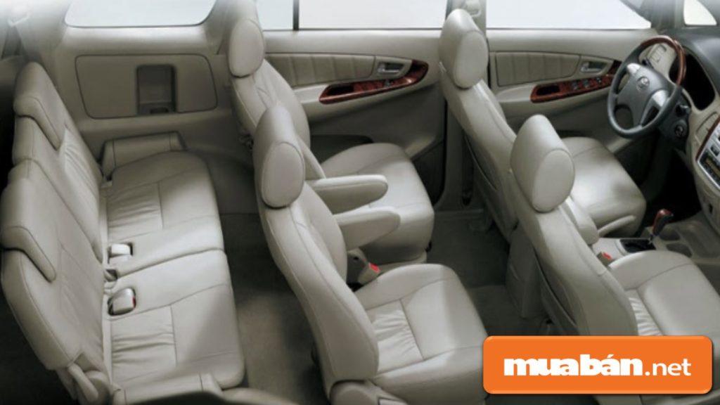 Nội thất bên trong với các hàng ghế có khoảng không để chân tương đối vừa vặn.
