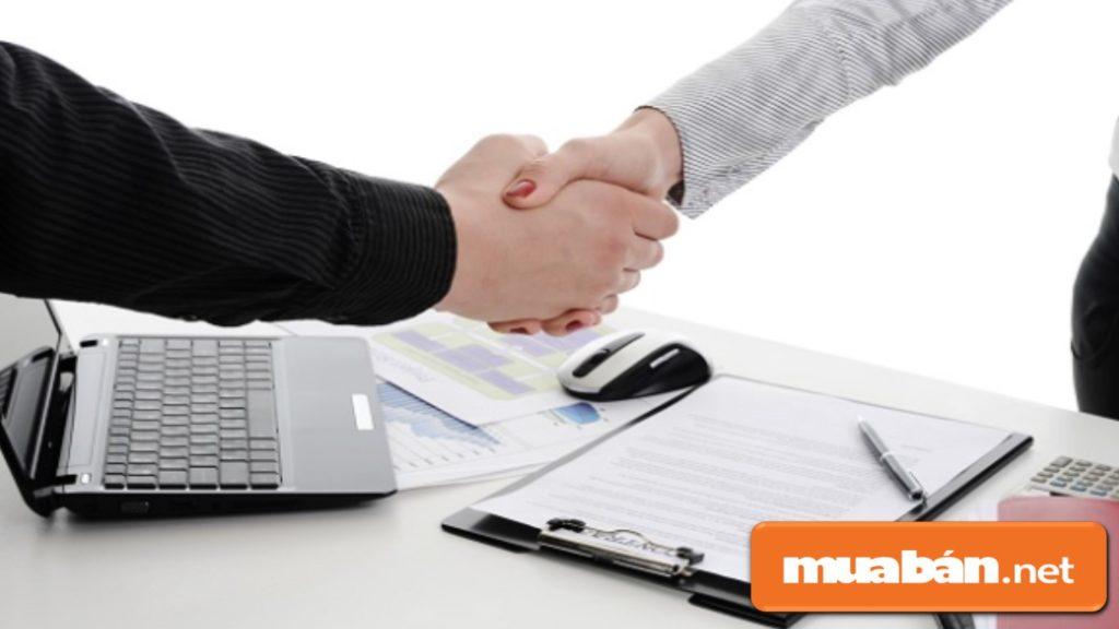 Kiểm tra kỹ hợp đồng cho thuê xe du lịch trước khi ký.